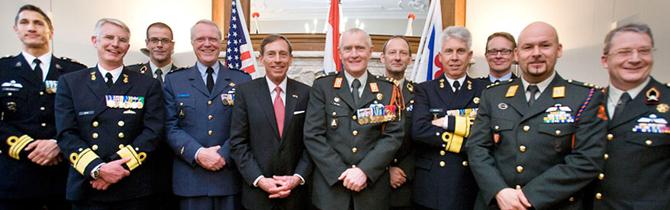 16-03-2012 | Marco Kroon aanwezig bij uitreiking onderscheiding aan Amerikaans generaal b.d. Petraeus