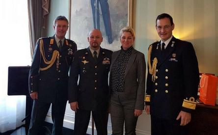 12-12-2017 | Marco Kroon met echtgenote op paleis Noordeinde