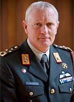 29-11-2012 | Kapitein Marco Kroon ontvangt leiderschapsboek uit handen van generaal b.d. Peter van Uhm